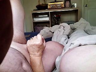 दादी बूढ़े आदमी से दूर मरोड़ते
