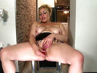 शौकिया परिपक्व माताओं अगले दरवाजे प्यास pussies के साथ