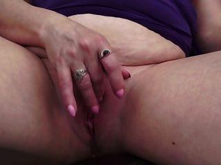 गांठदार परिपक्व माँ और प्यास वर्ष योनि के साथ पत्नी
