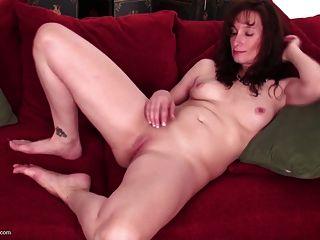 भूख योनि के साथ सुंदर परिपक्व माँ