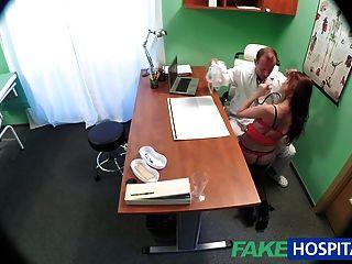 FakeHospital डॉक्टर एक भारी मुर्गा के साथ सेक्सी रोगी इलाज
