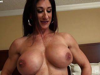 महिला बॉडी बिल्डर स्ट्रिप्स और उसके बड़े clit masturbates