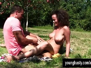 युवा श्यामला Linet सड़क पर jizzed बड़े स्तन हो जाता है