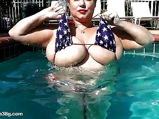 बीबीडब्ल्यू सुपरस्टार सामन्था 38g पूल में बड़े स्तन के साथ खेलता है