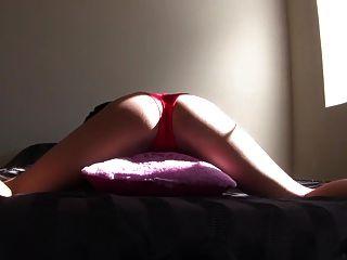 लाल जाँघिया में सेक्सी श्यामला लड़की ले रहा तकिया