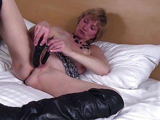बड़े काले जूते में भूख पुराने योनी के साथ शौकिया दादी