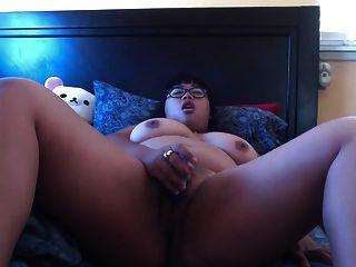 बिस्तर पर nerdy बीबीडब्ल्यू एशियाई masturbates