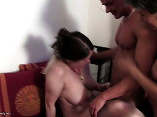4 माताओं और भाग्यशाली युवा लड़के के साथ पागल समूह सेक्स