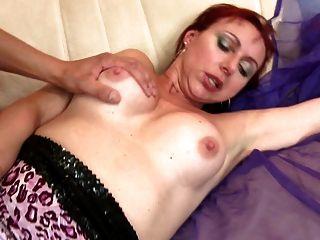 सेक्सी प्राकृतिक परिपक्व माँ चूसना और बकवास युवा लड़के