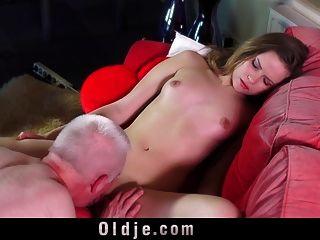 डीलक्स महिला फूहड़ Oldman चूसन और समर्थक blowjob दे रहा है