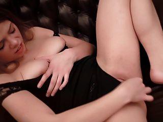 प्यारा Loreen उसे बड़ा clit की मालिश की जाती है।असली संभोग सुख।