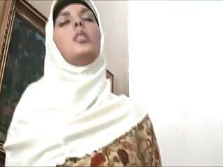 हिजाब में Muslima एक आश्चर्यजनक शरीर है और बकवास करने के लिए पसंद करती है