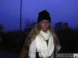 वह सड़क पर fucks के रूप में पैसे सुनहरे बालों वाली लड़की क्रिसी लोमड़ी से बात करती है