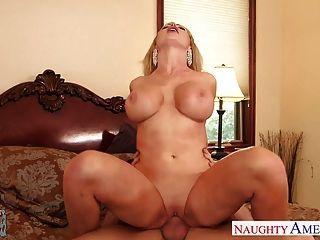बड़े स्तन निकी बेंज कमबख्त के साथ एमआईएलए प्रेमिका