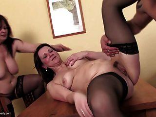 तीन गांठदार माताओं चूसना और एक युवा दोस्त बकवास