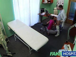 FakeHospital छोटे बालों वाली आकर्षक बीमा नहीं है