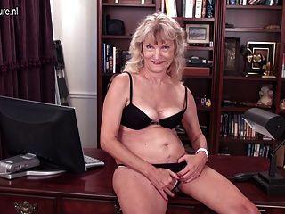 पुराने दादी अभी भी एक गंदा वेश्या है