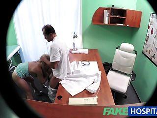अच्छा स्तन के साथ FakeHospital सुनहरे बालों वाली एक पूर्ण परीक्षा हो जाता है