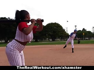TheRealWorkout - Busty लैटिना गेंदों के साथ खेलने के लिए प्यार करता है