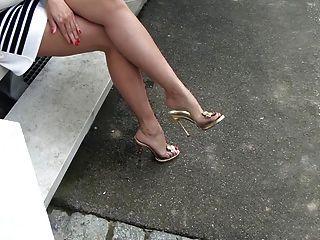 ताजा लाल nailpolished और झूलने नए जूते