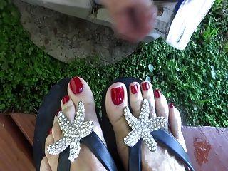 उसके पैर की उंगलियों पर एक बाहर मलाई