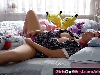 बिस्तर पर Busty सुडौल बेब खिलौने उसके बालों योनी