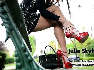 वेश्या का सबसे अच्छा miniskirt सड़क मंच ऊँची एड़ी के जूते में चमकती