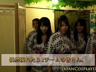 समूह में जापानी बेब मरोड़ते