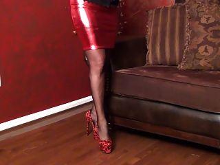 रेड हॉट स्कर्ट और उभड़ा कोर्सेट