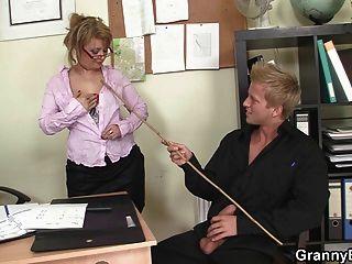 सुंदर पुराने महिलाओं के साथ कार्यालय सेक्स