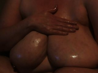 रसदार उसके सभी प्रशंसकों के लिए उसके बड़े भव्य स्तन तेल लगाने