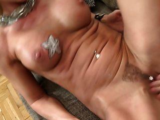 सेक्सी मां गेंदों चूसना और fucks बड़ा युवा मुर्गा