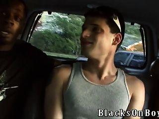 निकोला जोवोविच दो काले लोगों द्वारा गड़बड़ हो जाता है