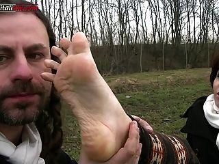 ui041 में लीला-पैर बुत अपमान के साथ देश