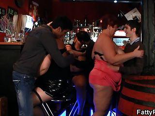 विशाल स्तन BBW बार में मज़ा है