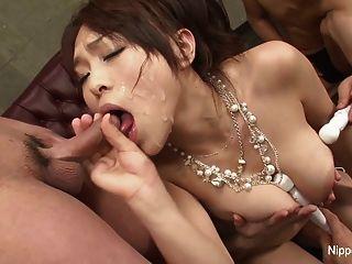युवा सेक्सी एशियाई अनुभवों को एक सह टपकता blowbang