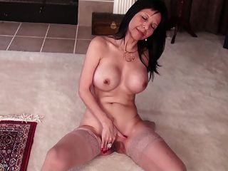 बड़े स्तन और अच्छा बिल्ली के साथ सेक्सी अमेरिकी माँ