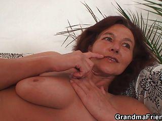 स्कीनी दादी दो लंड निगल