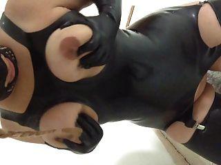 लेटेक्स फूहड़ पत्नी उसके स्तन गुलाम दुहना