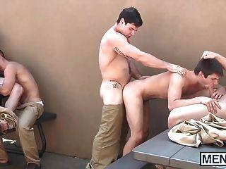 समलैंगिक लोग जेल यार्ड में एक नंगा नाच किया है