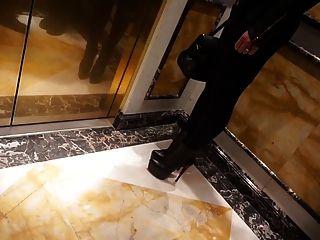 गर्म सेक्सी में जूली Skyhigh होटल हॉल चलने ऊँची एड़ी के जूते चमड़े का मौजा