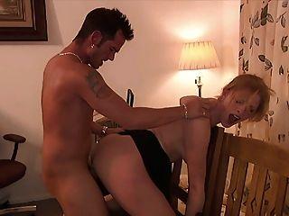 एक आकर्षक सुनहरे बालों वाली गर्म महिला और मर्दाना आदमी के बीच गर्म सेक्स