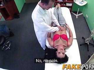 डॉक्टर एक आश्चर्यजनक गर्म लड़की एक कठिन मुर्गा उपचार देने