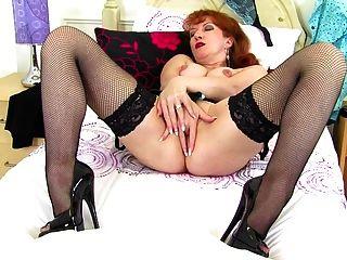 गीला प्यास योनि के साथ परिपक्व सेक्सी माँ