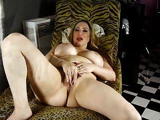 बड़ा गधा और बड़े नकली स्तन के साथ मोटी ओंठों माँ