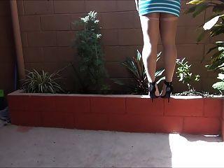 एक चमकदार दिन भाग 2 में Pantyhose में 5 इंच ऊँची एड़ी के जूते लग रहा है