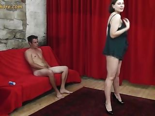 Busty milf एजेंट वेश्या seduces एक शर्मीली शुरुआत पुरुष