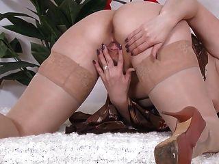 सेक्सी परिपक्व नाटकों और cums में स्टॉकिंग्स पकड़