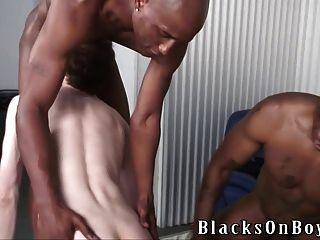 काला लंड चूसने गरीब सफेद आदमी नए टायर खरीदने के लिए