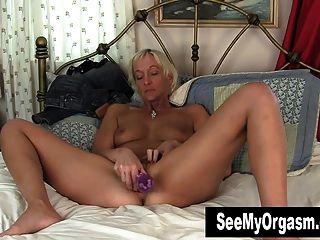 छोटे बालों वाली बार्बी Masturbating